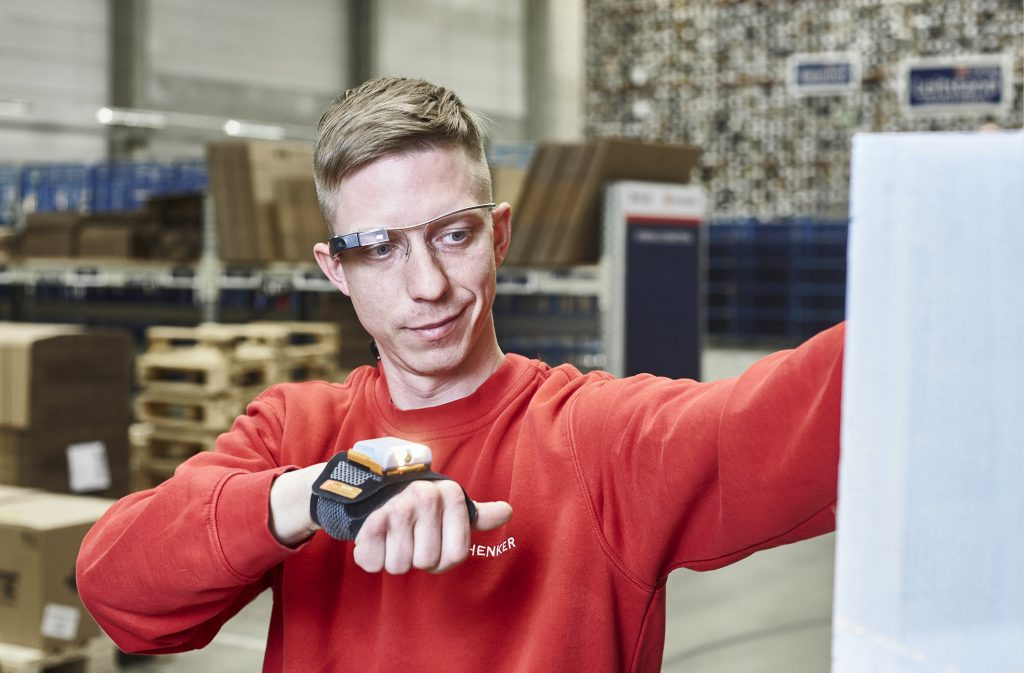 Innovation and technology in warehousing: Picking glasses and scanning glove