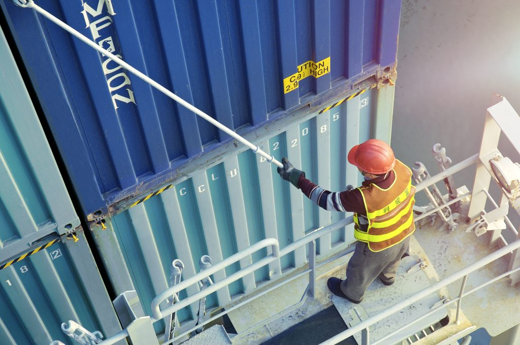 Harbor Yantian - Man secures Containers